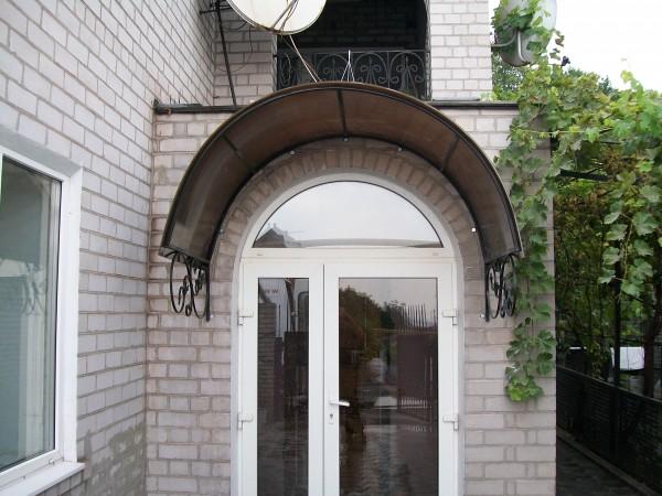 Козырек. Используемые материалы - профильная труба 20х20мм, поликарбонат бронзовый толщиной 8мм.Цена указана зам2.