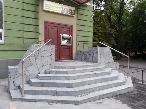 Гранитные ступени, облицовка цоколя камнем.
