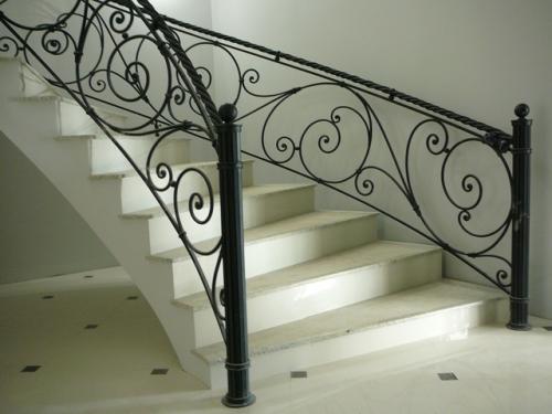 Балконные и лестничные перила, кованые и сварные.