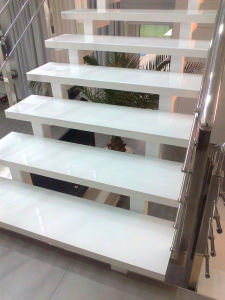 Стеклянные ступени лестницы в доме