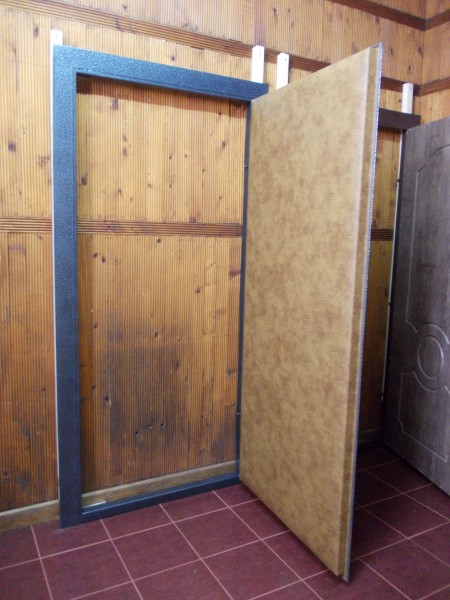 Бронедверь 2,05*0,96. Отделка двери:с двух сторон винилис кожа.