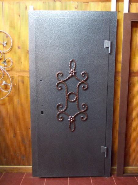 Бронедверь 2,05*0,96. Отделка двери:снаружи порошковое покрытие, внутри винилис кожа.