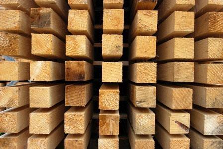 Брус строительный разного сечения и длины.
