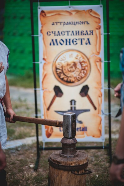 Чеканка сувенирных монет на праздник в Днепропетровске и в Украине от кузнечной мастерской Live Metall