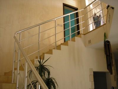 Декоративные лестничные ограждения и перила из анодированного алюминия.
