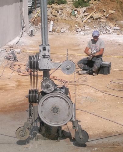 Демонтаж бетона канатными установками без ограничения по толщине и объему.