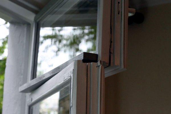 Демонтаж деревянных оконных блоков в частном доме