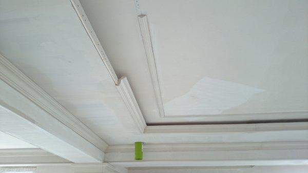 Фото  1 Демонтаж пенопластовых багетов с потолка в квартире 1872740
