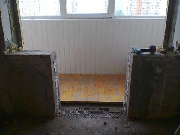 Демонтаж подоконной кирпичной тумбы в квартире