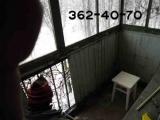 Демонтаж старой деревянной балконной конструкции остекления
