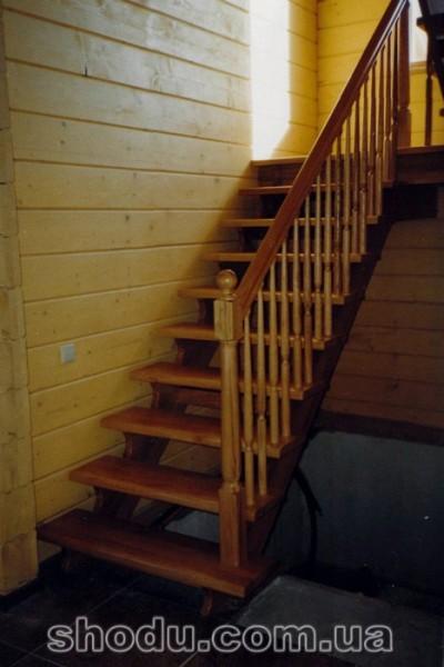 дереаянная лестница на косоурах