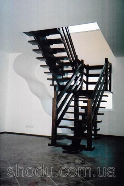 деревянная лестница на центральном косоуре