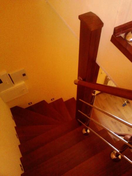 Деревянные лестницы с нержавеющим перильным ограждением