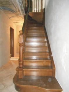 Деревянные лестницы с поворотом из ясеня.