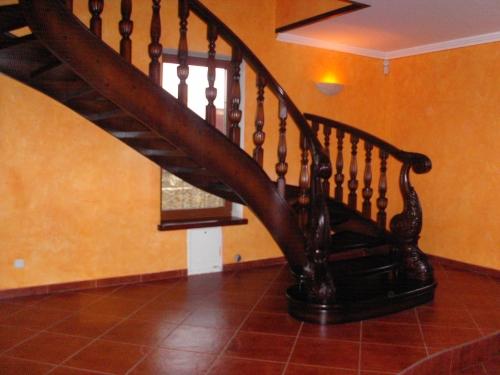 Деревянные лестницы с резьбой