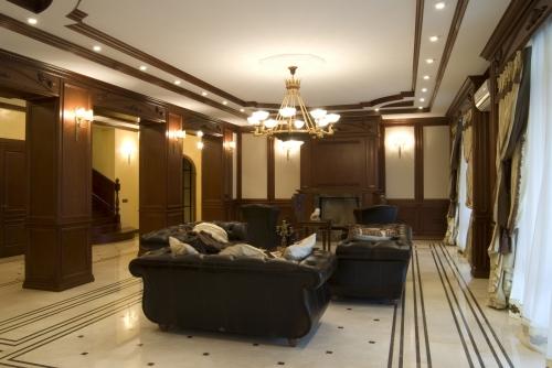 Деревянные стеновые панели и потолочный декор для гостиной