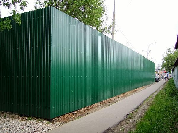 дешевый забор из профнастила для частного дома с элементами ковки