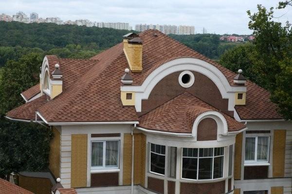 Для даху складної геометрії найкраще вибрати мяку покрівлю Катепал Катріллі дюна