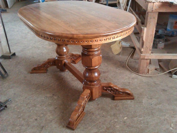 Доступный стол с резьбой из массива