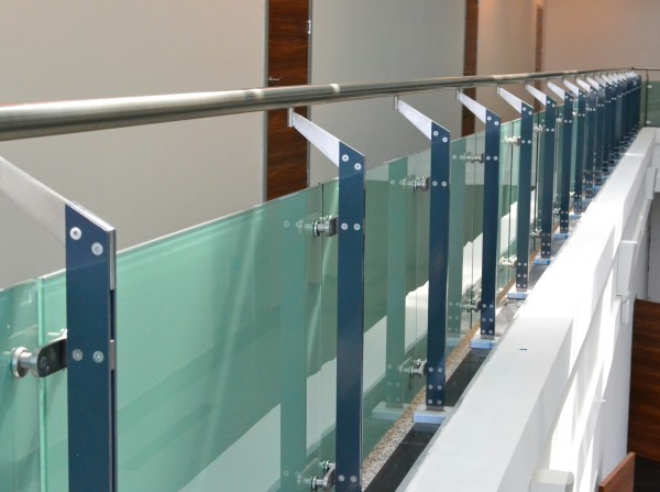 Купить нержавеющие ограждения со стекляными панелями для кры.