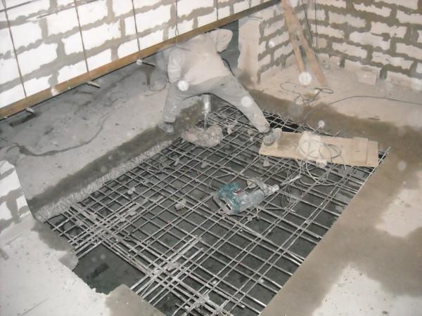 Разрушение бетона отбойными молотками