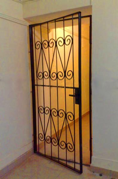 металлическая дверь в коридор решетчатая