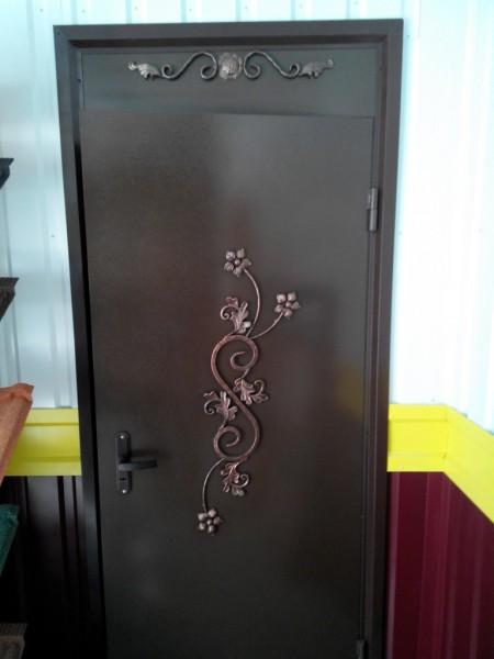 Дверь входная с коваными элементами