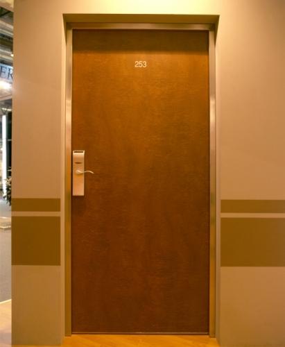 Двери противопожарные входные в гостинничные номера (окрашеные). Доводчики. ЕІ от 30 до 90 минут. ЗИ от 32дБ до 48дБ