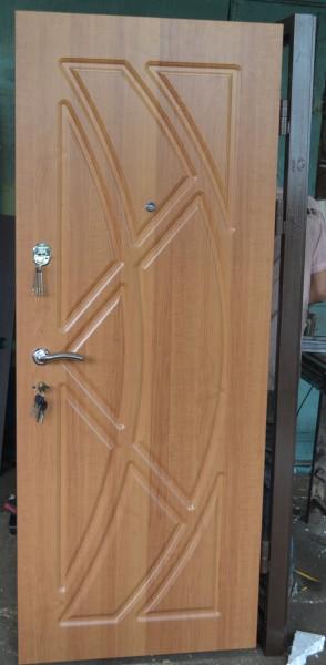 Двері в квартиру від ДрімБуд. Розмір 860х2050. З МДФ накладками, утеплені. 2 замка.