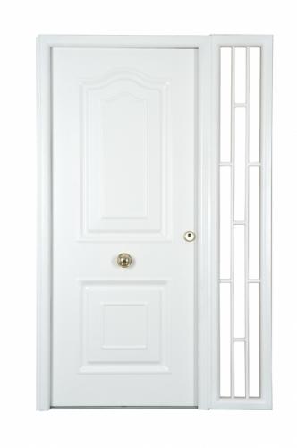 Двери входные металлические глухие окрашенные, утепленные. Возможна установка фрамуги и витражей.