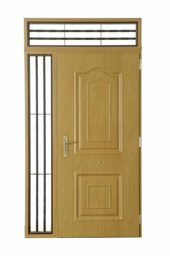Двери входные металлические под структуру дерева глухие, утепленные. Возможна установка фрамуги и витражей.