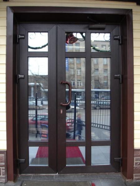 Двери входные металлопластиковые. Ламинация темный орех.
