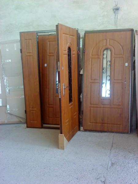 двери входные в клину со стеклопакетом и ковкой