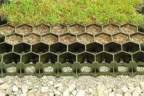 Эффективно защищает почву от эрозии, препятствует вымыванию грунта