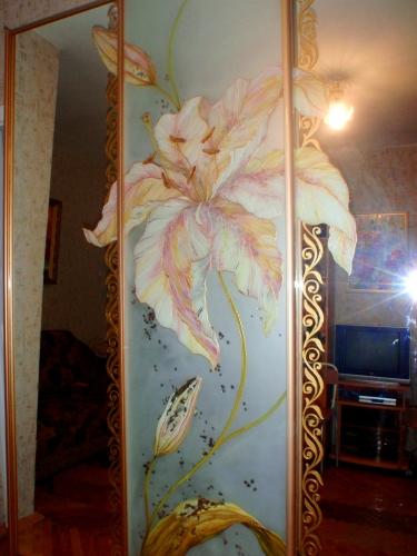 Эксклюзивная витражная роспись зеркальных фасадо шкафов-купе.