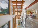 Элитная лестница на второй этаж с площадкой, перила стекло и деревяный поручень