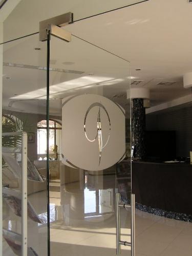 Элкон-дизайн торговое оборудование и стеклянные двери