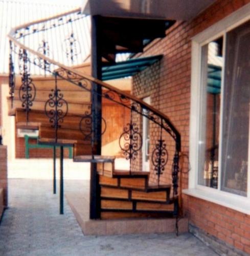 Фирма «Аверс-Дон» изготавливает лестницы с перилами и балясинами по индивидуальному заказу.