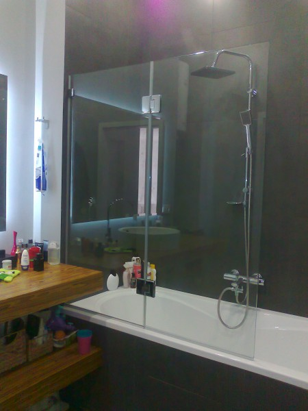 Стеклянные шторки и перегородки для ванной и душа .