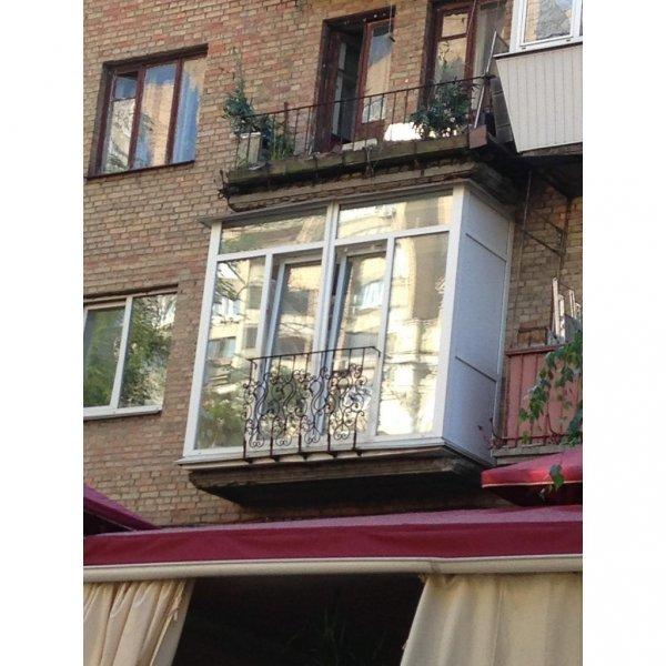 Фото  1 Французский балкон с декоративными перилами 1444791