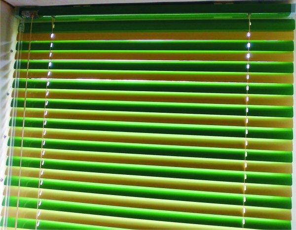 Красивое сочетание горизонтальных жалюзи с чередованием ламелей через цвет - 146.15 грн. м/кв.