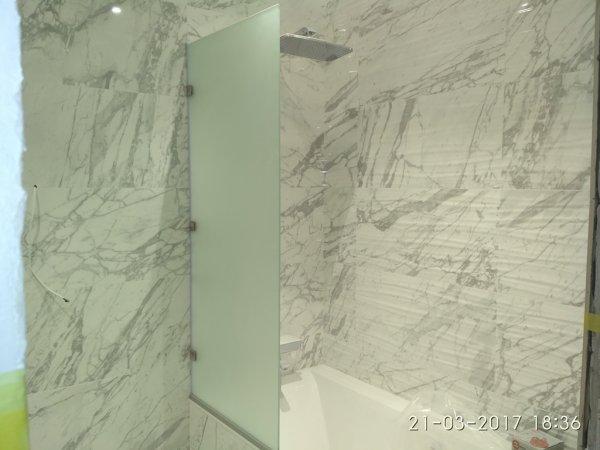 Фото  1 Стеклянная перегородка для ванной 1847949