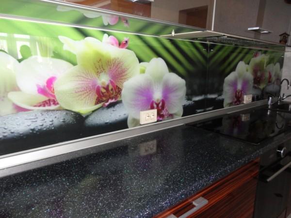 Изготавливается из закалённого стекла, толщиной 6 мм. Фотопечать ультрафиолетовая, высокого качества, прямая технология.