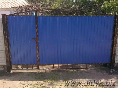 Изготовление распашных ворот из профнастила. Возможно добавление элементов ковки.