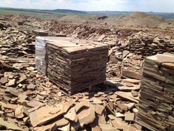 Камень серый толщина от 1см до 4 см, сортированный на поддоне, свыше 4 см погрузка навалом.