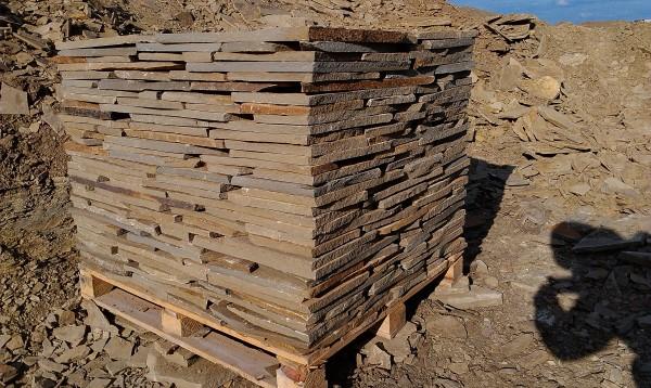 Камень серо-коричневый толщина от 1см до 4 см, сортированный на поддоне, свыше 4 см погрузка навалом.