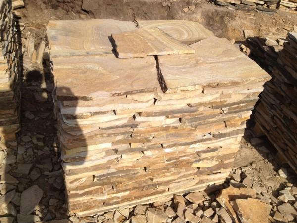 Камень жёлтый с разводом толщина от 1см до 4 см, сортированный на поддоне, свыше 4 см погрузка навалом.