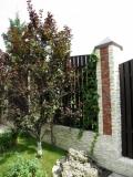 каменные оградки, ограждения с дерева и т. д.