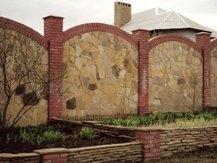 Каменный забор,капитальный,кремлевская стена,ограждение,комплектация строительным материалом со скидкой,мощение камня.