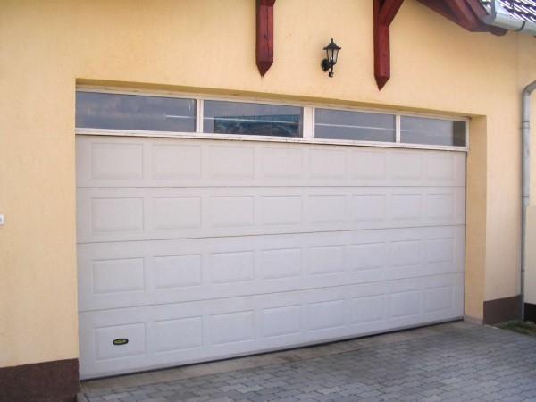 Кассетные ворота Quadra 2520х2000мм (h) Снаружи ворота кассетные, белые или окрашенные в лю- бой цвет RAL.